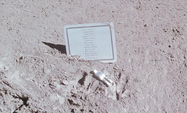 Fallen_Astronaut_plaque