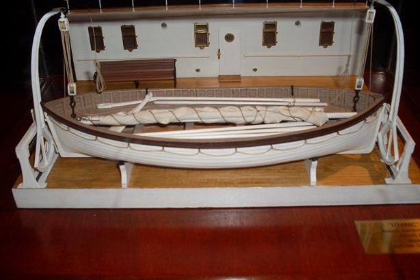 Maqueta de un bote salvavidas del Titanic colgando de sus pescantes