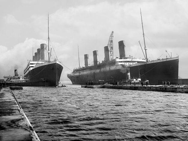 El Titanic es remolcado para las pruebas de mar el 2 de abril de 1912, a su costado su gemelo el Olympic